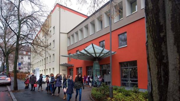 Englische Fräulein - Die letzten Schwestern verlassen nach mehr als 260 Jahren Aschaffenburg. Der unsensible Umgang mit den Schwestern sorgt für erhebliche Unruhe an der Maria-Ward-Schule.