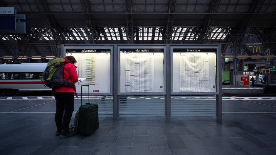 Standhaft: Weil Züge nicht fahren, müssen sich Bahn-Kunden auch in Hessen selbst genau über Alternativen informieren