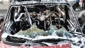 Geparkte Autos gehen in Flammen auf