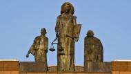 Justitia-Statue auf dem Landgerichts-Gebäude in Darmstadt