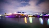 Lichtermeer: Am Wochenende ruht weitgehend der Betrieb im Osthafen, der an die 8000 Frauen und Männern Beschäftigung bietet. Mehr als 2000 Schiffe legen dort im Jahr an, damit ihre Waren ein- oder ausgeladen werden können.