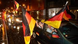 Fußball-Fans bewerfen Polizisten mit Steinen