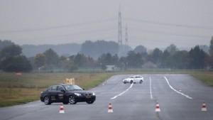 Das Auto bremst bei Gefahr von selbst