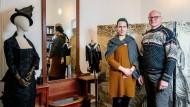 Modenschau: Nicole und Axel Friedersdorf in ihrem Atelier auf Schloss Nidda