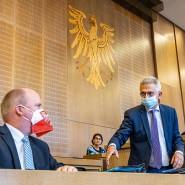 Maskenmänner: Frankfurts Bürgermeister Becker (CDU, links) mit Rathauschef Feldmann (Mitte), am Mikrofon Stadtverordnetenvorsteher Siegler