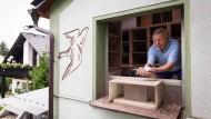 """""""Gut Flug"""": Hans Löbens schickt seine Tauben vor Wettkämpfen zum Training auf immer längere Routen."""