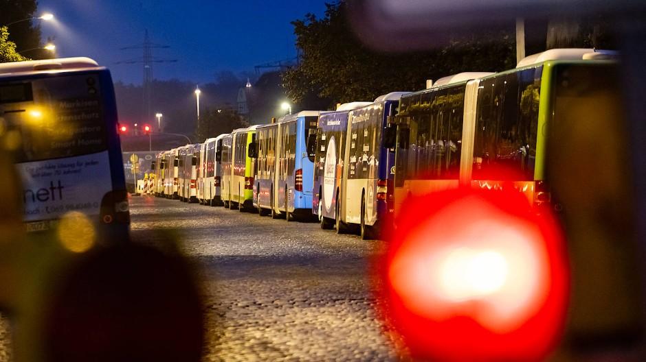 Stillstand: Wie beim Warnstreik am 1. November dürften auch am Dienstag in Hessen viele Linienbusse in den Depots bleiben – so wie hier in Offenbach
