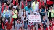 """""""Wir sind es wert"""": Erzieherinnen und Erzieher gehen unter anderem in Wiesbaden für ihre Tarifziele auf die Straße"""