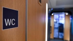 Rentner verliert 8400 Euro in Zugtoilette und hat Glück