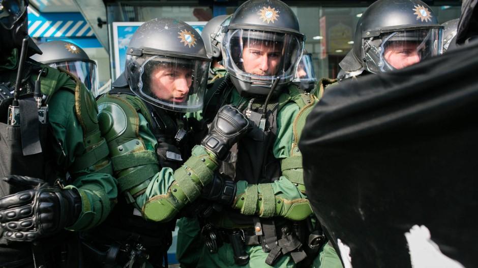 """""""So was habe ich noch nie erlebt"""": Polizisten am Mittwoch an Frankfurts Konstablerwache."""