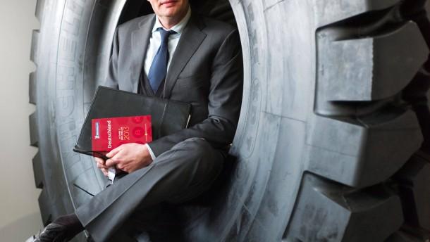 Ralf Flinkenflügel - Der Chefredakteur der Deutschland-Ausgabe des Guide Michelin spricht in der Verwaltung der Michelin-Werke in Karlsruhe mit Jaqueline Vogt.