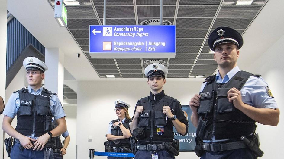Bei der Einreise verhaftet: Beamte der Bundespolizei schnappen einen mutmaßlichen Mörder nach 29 Jahren.