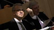 Setzt auf die Kraft der Sonne und vor allem auf die des Windes: Hessens Wirtschaftsminister Tarek Al-Wazir, rechts Ministerpräsident Volker Bouffier