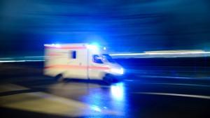 Frau aus Pick-Up-Truck auf Autobahn geschleudert