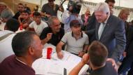 Bouffier besucht die Limburger Ehrenamtsagentur, die Flüchtlingen helfen will.