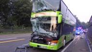 Reisebus stößt mit LKW zusammen
