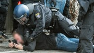 Abpfiff: Die Polizei nimmt einen Frankfurter fest, der sich in Darmstadt nicht an die Regeln gehalten hat.