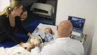 Entspannung: Das Nervengift Botulintoxin soll Noahs Muskeln lockern. Damit er während des Spritzens ruhig hält, wird er leicht betäubt, ist aber noch bei Bewusstsein. Kinderarzt Ulf Hustedt überwacht jeden Einstich mit Hilfe des Ultraschallgerätes.