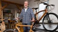 Der Tischler und sein Stolz: Martin Schlimbach mit Holzfahrrädern
