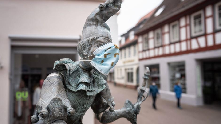 Ausgehfein: Dieburg, hier Bajazz auf dem Fastnachtsbrunnen, und der umliegende Landkreis sind nunmehr fünf Tage unter der Inzidenzmarke 100