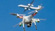 Gefährlich: Drohne über einem Flughafen