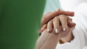 Schlafende Patientin geküsst: Pfleger soll zahlen