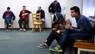 Rückgang: Im März haben wesentlich weniger Flüchtlinge in Hessen um Asyl ersucht als in den Monaten zuvor - hier ein Blick in das Flüchtlingsheim in der alten Neckermann-Zentrale in Frankfurt
