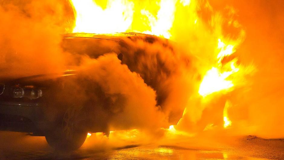 Tragisch: Das Auto flog nahe Wolfhagen etwa 30 Meter weit und fing laut Polizei sofort Feuer (Symbolbild)
