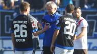 Hand drauf: Trainer Benno Möhlmann bedankt sich nach dem Spiel bei Denis Epstein und Matthew Leckie.