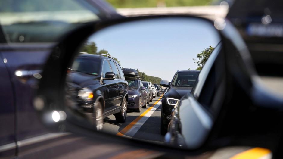 Geduldsspiel: Wieder einmal stehen Hunderte Autofahrer auf der A3 im Großraum Frankfurt im Stau, weil andere Kraftfahrer Fehler gemacht haben