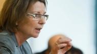 Der Schatten der Vorgängerin: Weil Lucia Puttrich (CDU, rechts) die Biblis-Stilllegung verfügte, ohne RWE anzuhören, sieht Umweltministerin Hinz nun einer Klage entgegen
