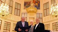Wortmächtig: Ministerpräsident Volker Bouffier (links) ehrt Peter Härtling, hinten Laudator Gerhard Kurz.