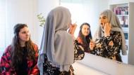Make-up-Artists: Hamida (links) und Saida Jahed schminken sich zusammen in Saidas Salon