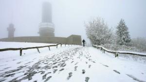 Erster Schnee der Saison bedeckt Wasserkuppe und Feldberg