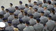 Immer aufmerksam sein: Offiziersanwärter der Bundeswehr beim feierlichen Beförderungsappell