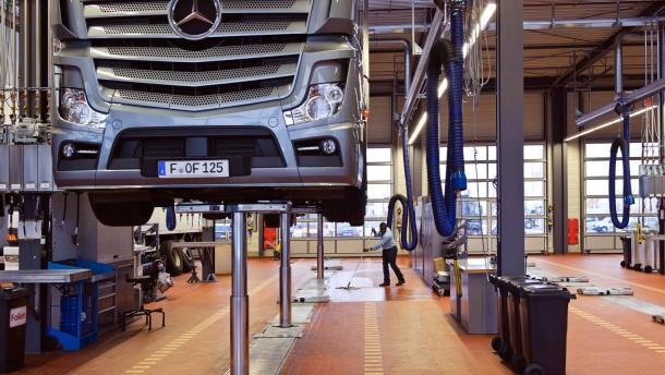 Mercedes-Nutzfahrzeugzentrum - In Frankfurt wird das neue Nutzfahrzeugzentrum, das mehrere frühere Standorte ersetzt, eröffnet.