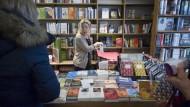 Auslese: Mitinhaberin Gabriele Wörner-Hardt in der Buchhandlung Dr. Vaternahm in Wiesbaden