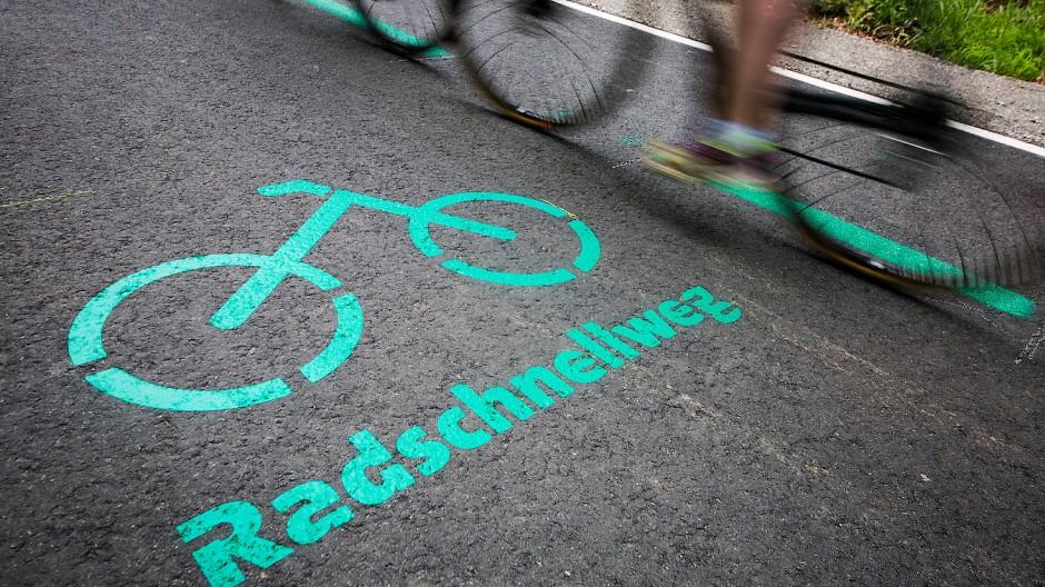 Rush hour: In Langen ist der Radschnellweg auf etwa 100 Meter Länge sehr schmal, Radler und Fußgänger können sich dort leicht in die Quere kommen