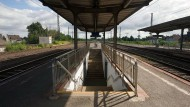 Mädchen radelt über Gleise und wird von Zug erfasst