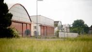 Erst Armeeflugzeuge, dann Hackepeter: Der Fliegerhorst war 2007 von der amerikanischen Armee aufgegeben worden. Jetzt könnte die Großmetzgerei Brandenburg einziehen