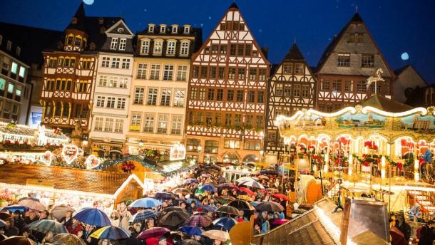 Weihnachtsmarkt - Eröffnung auf der Bühne vor dem Römer mit Oberbürgermeister Peter Feldmann. Unterstützung bekommt er von Singer-Songwriter Andreas Bourani, der dieses Mal den musikalischen Part der Eröffnung übernimmt.