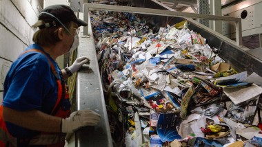 Am laufenden Band: Bei der Papierverwertung läuft vieles automatisch, doch bei der Kontrolle legen die Arbeiter immer noch selbst Hand an.