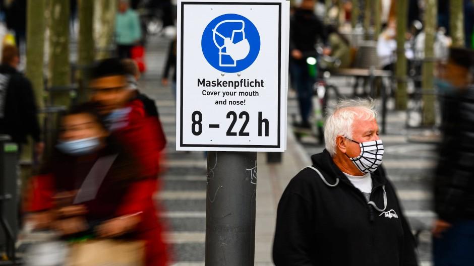 Mahnung: Schild auf der Zeil in Frankfurt, wo das Infektionsgeschehen weiter sehr rege ist, so wie an vielen anderen Orten in Hessen auch