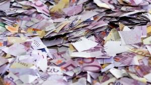 Frau zerreißt Geldscheine aus Angst vor Einbrechern