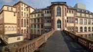 Mit Walmdach: Blick von der Arkade des Senckenberg-Museums auf den Jügelbau