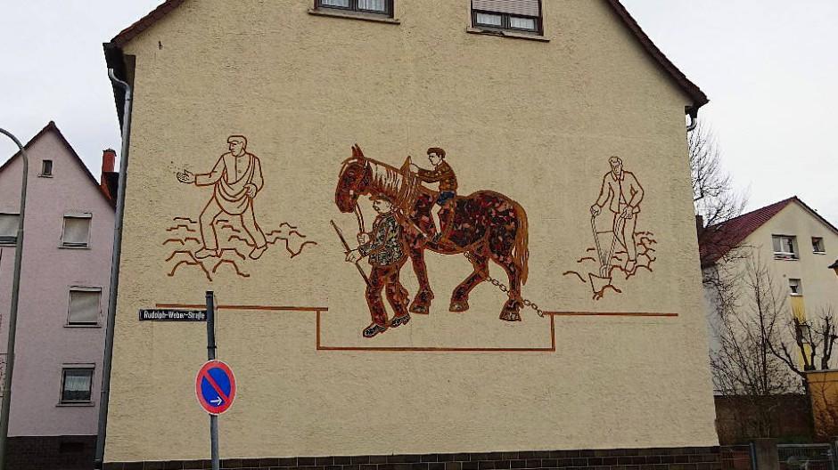Eisengießer und Bauernpferd: Nach einer Bausanierung sind die Abbildungen des Künstlers August Peukert nicht mehr vorhanden.