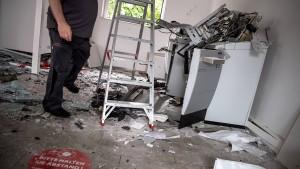 Polizisten bedrängt – Geldautomatensprenger flüchtig