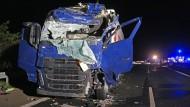 Reifen geplatzt: Fahrer eines Lastzugs stirbt auf A7