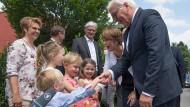 """Begrüßung: Am Vormittag besuchten Bundespräsident Steinmeier und Gattin Elke Büdenbender die Kindertagesstätte """"Schatzkiste"""" in Darmstadt, am Nachmittag weilen sie auf dem Hessentag"""