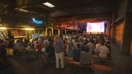 Filme an ungewöhnlichen Orten: Kinoleinwand in der Lagerhalle